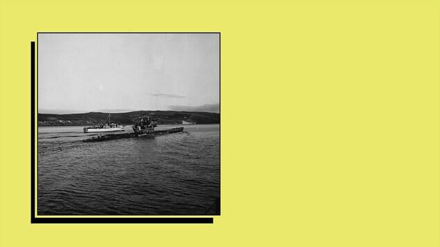 Un sous-marin allemand U-190 au large de Terre-Neuve, le 14 mai 1945, après s'être rendu à la Marine royale canadienne.