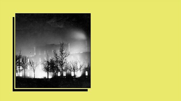 Une carte postale photographique de l'incendie du Collège de Saint-Boniface, le 25 novembre 1922.