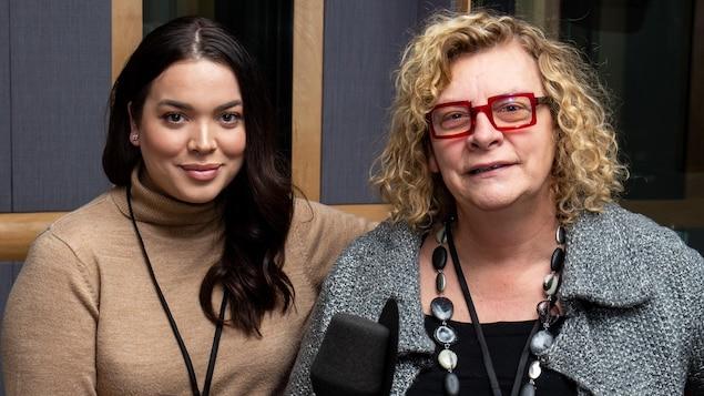 Les deux femmes posent en studio de radio.
