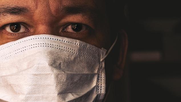 Un homme porte le masque.