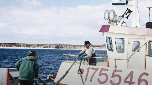 Bateau de pêche prêt à partir pour la mer.