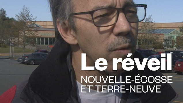 Claude Renaud en entrevue dans un stationnement d'école.