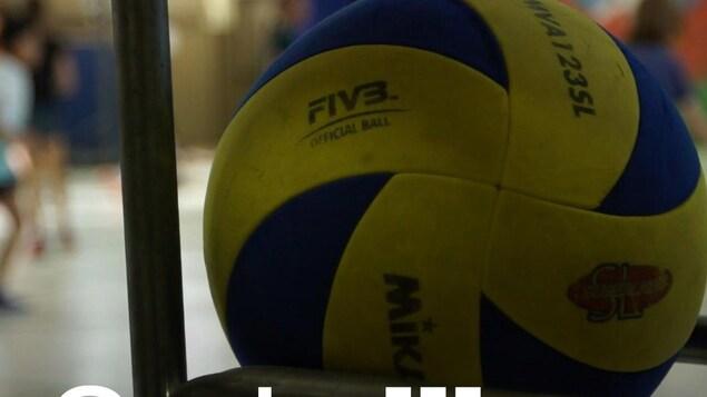 Un ballon et des enfants qui jouent.
