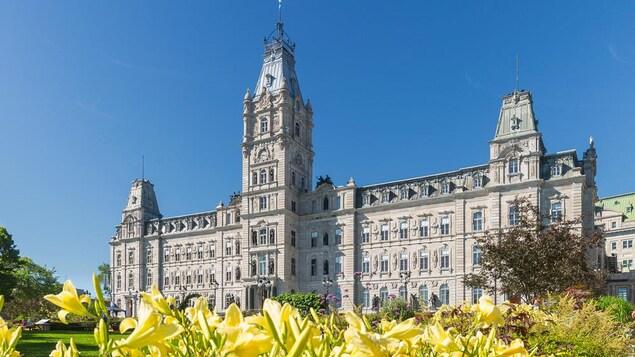 L'Assemblée nationale du Québec, vue de l'extérieur, par une belle journée d'été.