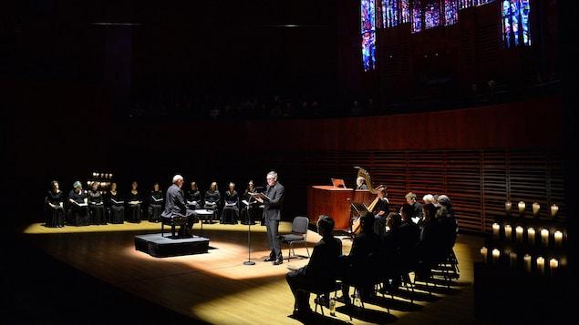 Yves Jacques fait une lecture entouré de musiciens.