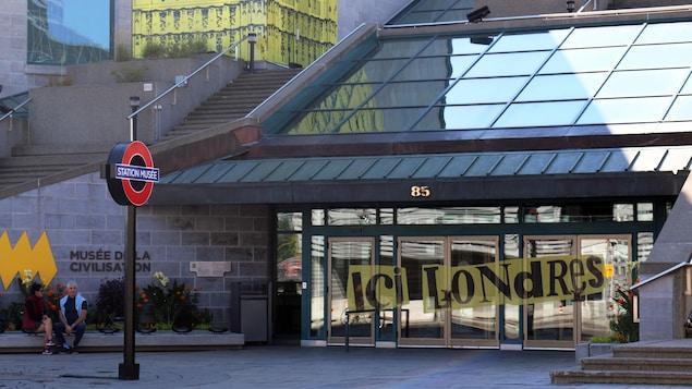 Porte d'entrée du Musée de la Civilisation par une belle journée ensoleillée