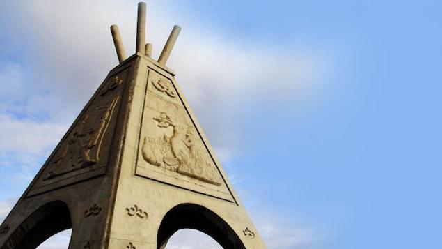 Une sculpture d'un tipi de béton avec un castor