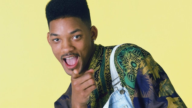 Will Smith porte une chemise bariolée.