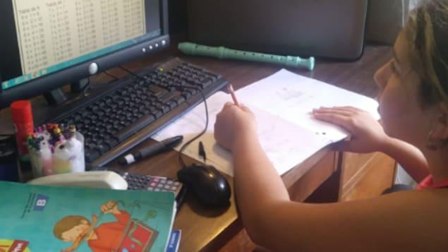 تلميذة تتابع الدراسة على الحاسوب.