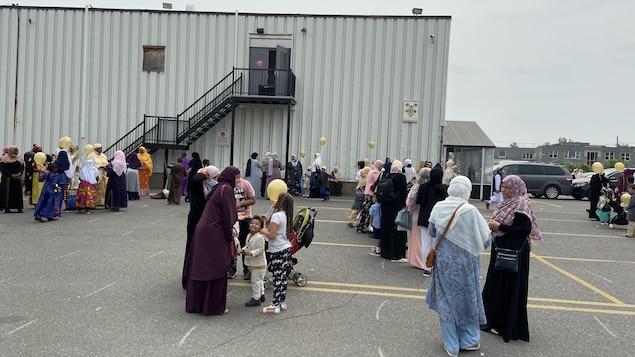 نساء وأطفال في باحة مسجد في مونتريال بعد صلاة عيد الأضحى.