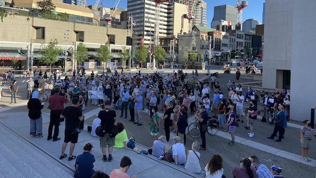 حشد من الناس في باحة مجمّع (Place des Arts) وسط مونتريال.