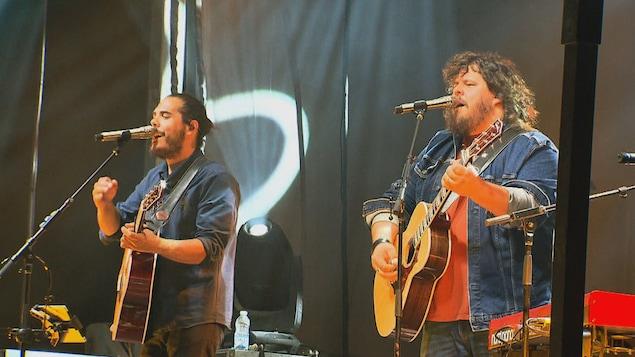 Les 2 artistes sur scène.