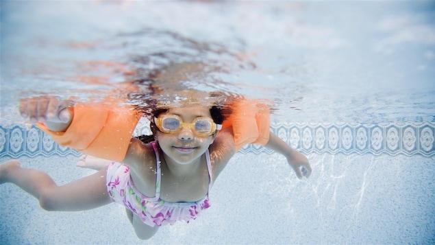 Une petite fille d'origine hispanique apprend à nager.