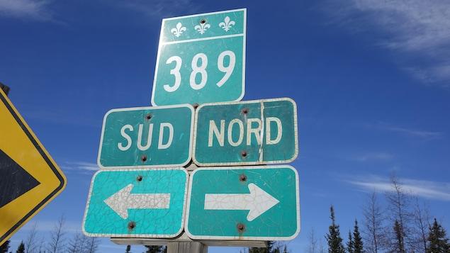 Un panneau indiquant la route 389 à Fermont