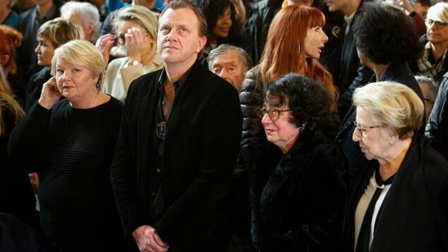 Les membres de la famille dans l'église lors de l'hommage au chanteur.