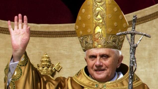 Le pape Benoît XVI célèbre sa messe inaugurale place Saint-Pierre, au Vatican, le 24 avril 2005.