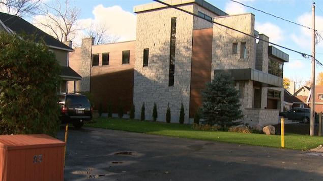 Une imposante résidence de luxe avec façade de briques à trois étages.