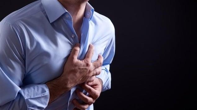 Un homme a des douleurs à la poitrine.