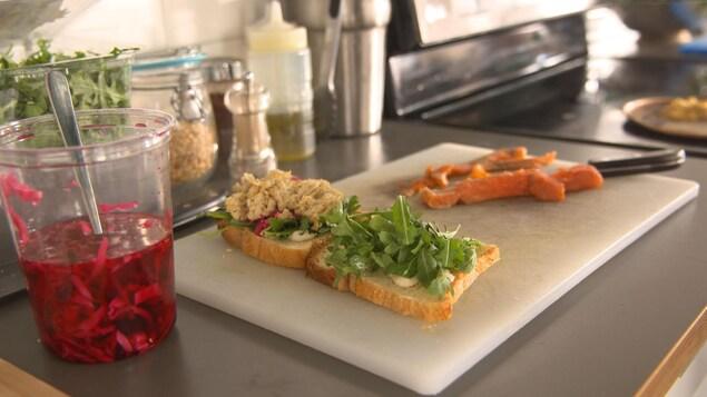 Un sandwich aux saveurs juives sur une planche à découper.