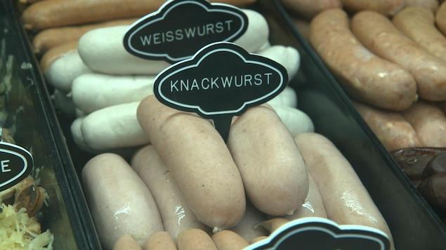 Des saucisses knackwurst dans un comptoir de charcuterie