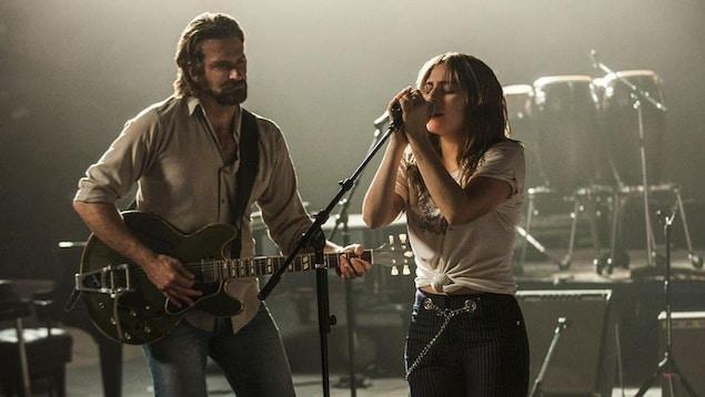 Bradley Cooper joue de la guitare et Lady Gaga chante sur scène dans le film «A Star Is Born».