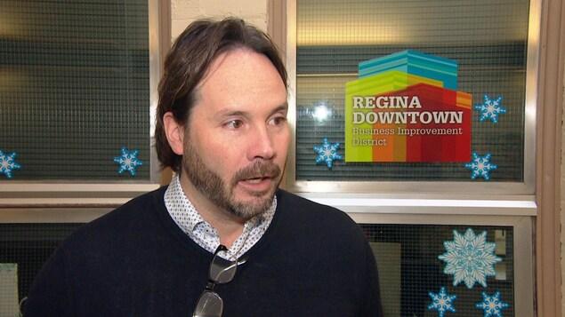 Aaron A. Murray devant les bureaux du Regina Downtown Business Improvement District