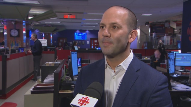 Le directeur général de Lyft Canada, Aaron Zifkin, en entrevue dans la salle des nouvelles de Radio-Canada.