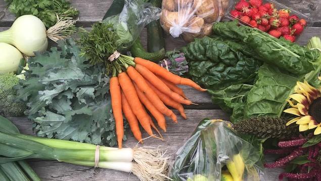 Des fruits et des légumes déposés sur une table.