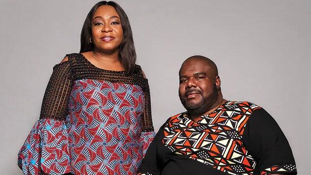 Nneka Otogbolu (à gauche) et Greg Davis (à droite) posent pour une photo officielle.