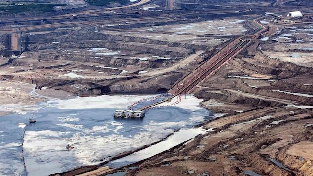 Vue aérienne d'un champ d'exploitation de sables bitumineux aux environs de Fort McMurray, en Alberta, le 10 juillet 2012.