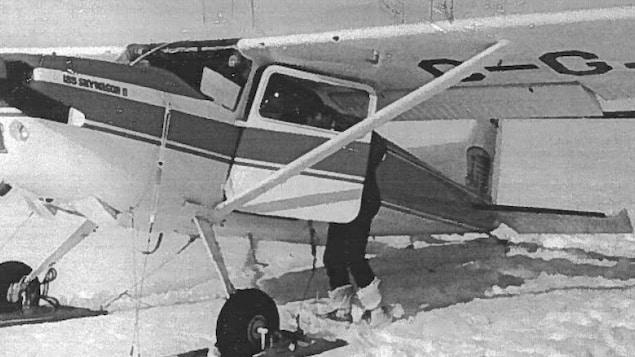 Photo ancienne d'un petit avion sur la neige.