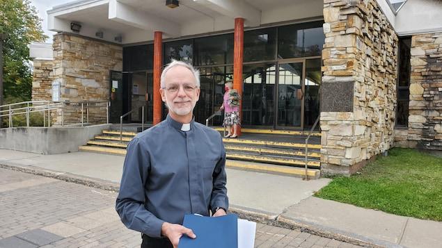 L'abbé Mario Côté tient des copies des lettres qui seront envoyées aux députés.
