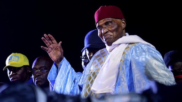 Abdoulaye Wade salue la foule.