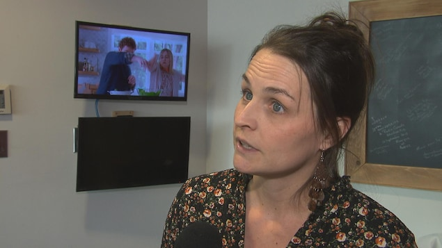 Mylène Rioux, ancienne commissaire scolaire à la CSRS, lors d'une entrevue avec un journaliste.