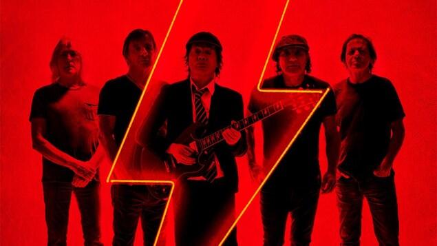 Cinq musiciens sur un fond rouge, avec un dessin d'éclair en avant-plan.