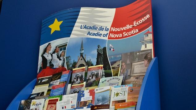 Un kisoque de feuillets d'information touristique qui met en valeur des attractions acadiennes.