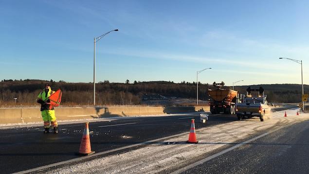 Des employés du ministère des Tansports bloquent l'autoroute 50, qui est fermée.