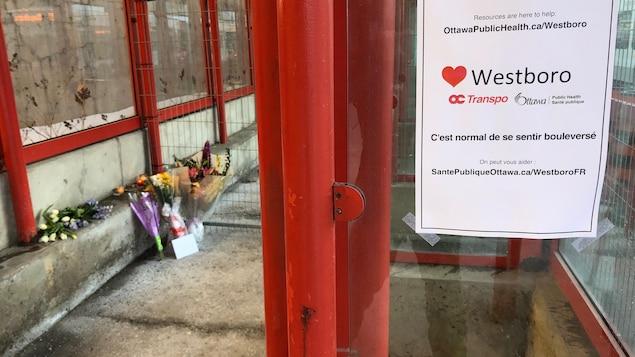 Des gerbes de fleurs à l'arrêt d'autobus.