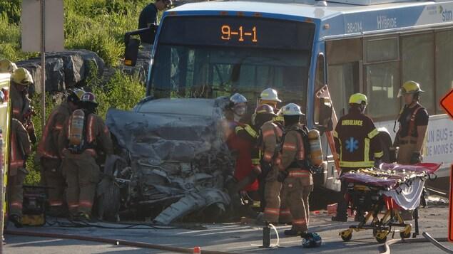 Accident entre un autobus de la STM et un véhicule.