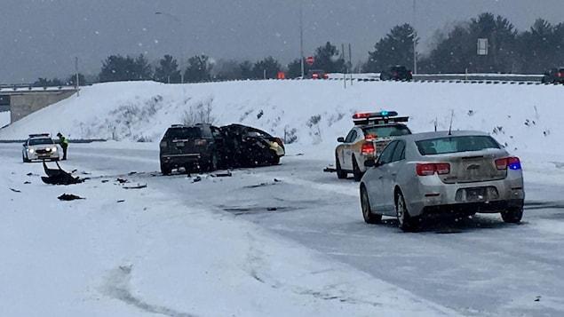 Les deux voitures sont entrées en collision vers 10h30 dimanche matin.