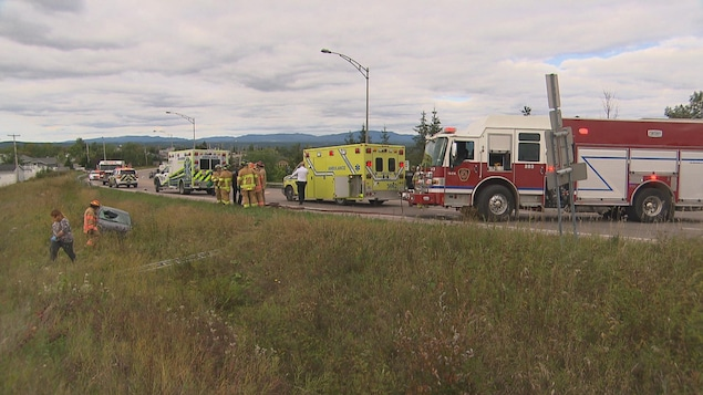 Des véhicules d'urgence sur le lieu de l'accident.