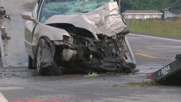 Une auto a été gravement endommagé à l'avant.