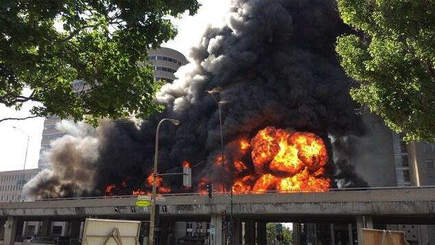 Camion-citerne en feu sur l'autoroute métropolitaine (A-40) à Montréal, après un carambolage, le 9 août 2016.