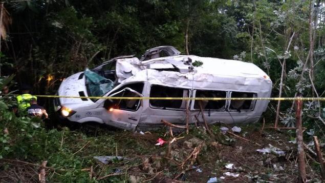 Un minibus accidenté.