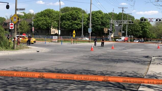 Des policiers protègent la scène de l'accident.