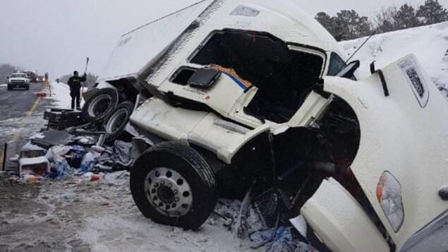 Scène d'un accident d'un camion remorque sur la route 17 à l'ouest du Grand Sudbury.