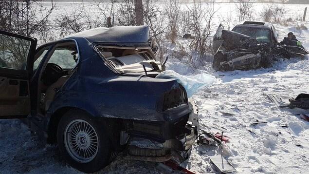 Deux  automobiles accidentées dans la neige