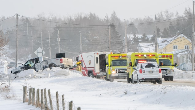 Un camion accidenté et plusieurs véhicules d'urgence.