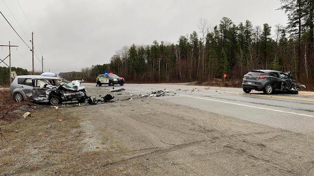 Les services d'urgence interviennent sur les lieux d'une collision frontale le 16 avril.