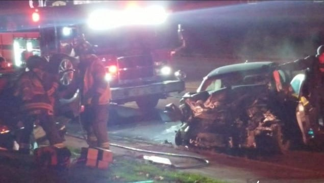 Un lieu d'accident avec une auto en morceaux.